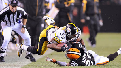 Willie Parker is tackled by Mike Adams.