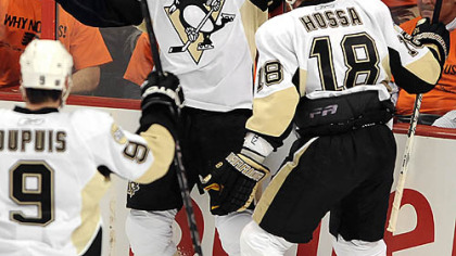 Sidney Crosby celebrates a goal by Marian Hossa in the first period.