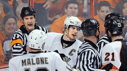 The Penguins&#039; Sidney Crosby argues with the Flyers&#039; Jason Smith at the Wachovia Center Thursday.