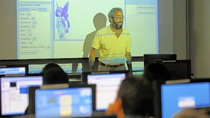 Professor Daniel Mosse uses ALICE, an instructional software program using three-dimensional animation, to make his introduction to computer programming class more accessible to non-computer science majors at the University of Pittsburgh last week.