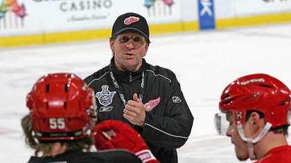Red Wings coach Mike Babcock talks with his players in practice yesterday at Joe Louis Arena.