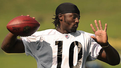 Steelers receiver Santonio Holmes plays catch with Hines Ward during the morning workouts Tuesday.