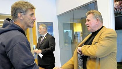 Pitt coach Dave Wannstedt greets Pitt great Mike Ditka yesterday at the team's South Side practice facility.