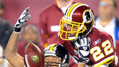 Hines Ward can&#039;t pull in a pass in front of the Redskins&#039; Carlos Rogers.